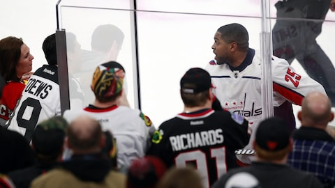 Devante Smith-Pelly, des Capitals de Washington, répond à des commentaires de partisans des Blackhaws lors d'un match à Chicago.