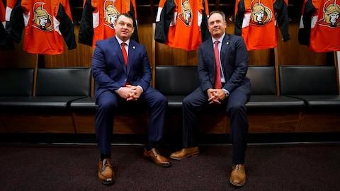 Deux hommes assis côte à côte avec