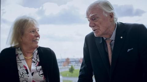 Le Dr Mulder et Marie Caron discutent.