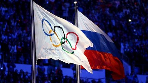 Les drapeaux olympique et russe