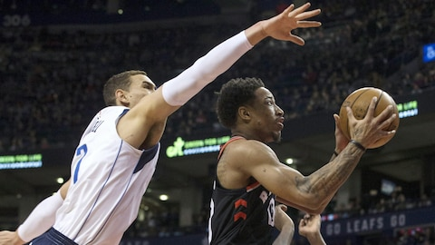 Dwight Powell et DeMar DeRozan