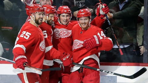 Mike Green (25), Niklas Kronwall (55) et Gustav Nyquist (14) entourent Dylan Larkin qui a inscrit son 12e but