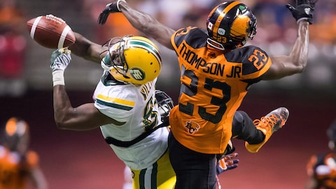 D'haquille Williams,des Eskimos tente de capter une passe, surveillé par Anthony Thompson des Lions.