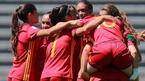 Les Espagnoles célèbrent l'un de leurs cinq buts face à la sélection canadienne