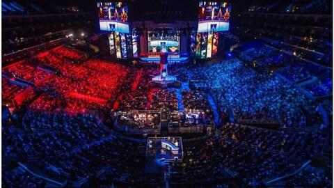 Un plan large d'adeptes du sport électronique réunis dans un amphithéâtre