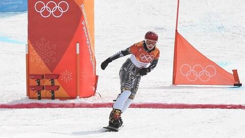 Ester Ledecka traverse la ligne d'arrivée en surf des neiges