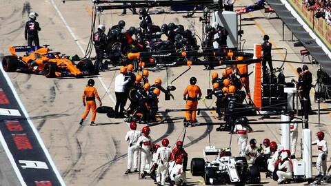 Fernando Alonso rentre aux puits après son accrochage avec Lance Stroll au premier tour du GP des États-Unis à Austin.