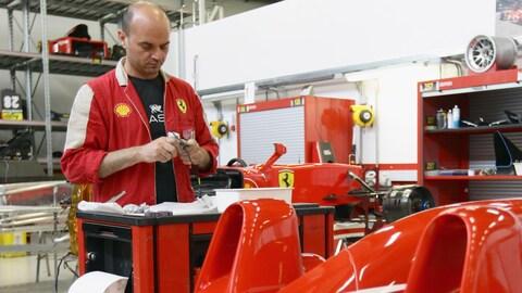 Un travailleur à l'usine de la marque Ferrari à Maranello en Italie