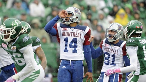 Boris Bede, des Alouettes, réussit un botté de placement.
