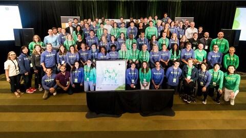 Une photo groupe montre tous les participants.