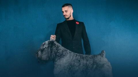 François Imbeau-Dulac se tient derrière son chien Salto.