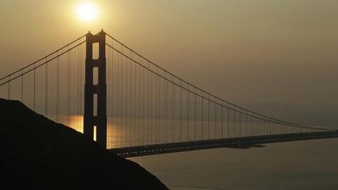 La fumée provenant des incendies de forêt dans le nord de la Californie assombrit le ciel à San Francisco