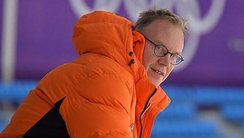 Gros plan de Geert Kuiper, avec son manteau orange des Pays-Bas