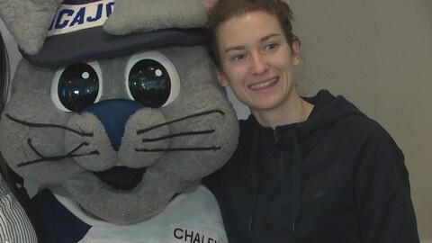 Geneviève Lalonde avec la mascotte des Jeux de l'Acadie, Acajoux