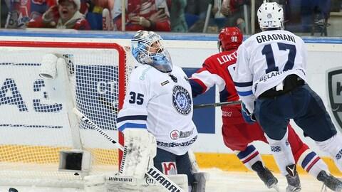 Ben Scrivens et Marc-André Gragnani lors des séries éliminatoires de 2017-2017 dans la KHL