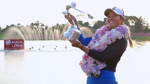 Danielle Kang pose avec son trophée
