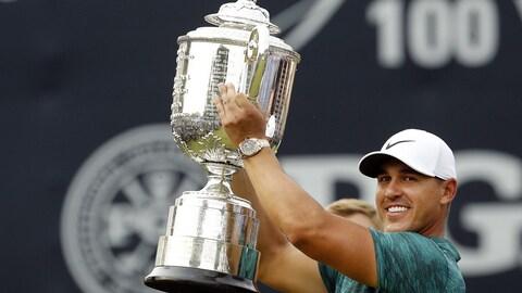 Brooks Koepka soulève le trophée Wanamaker à titre de champion de la PGA.
