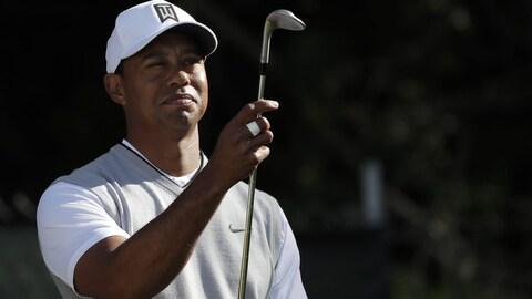 Tiger Woods attend son tour en vérifiant l'état d'un de ses fers au 11e trou à San Diego.