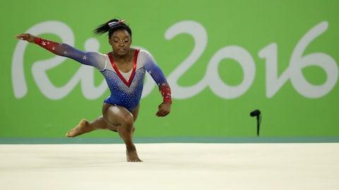 Simone Biles réalise une figure dans le concours au sol des Jeux de Rio, en 2016.