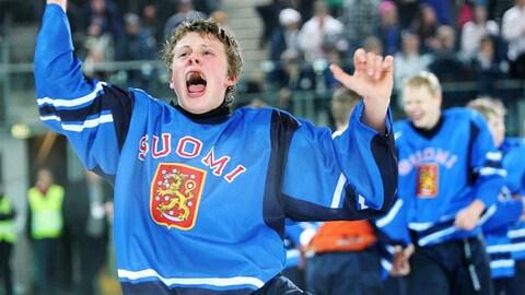 Le Finlandais Kasperi Kapanen, 15 ans, célèbre la victoire de son pays contre la Russie en finale du tournoi de hockey des Jeux olympiques de la Jeunesse en 2012.
