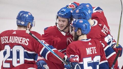 Jeff Petry (à droite) célèbre son but contre les Rangers avec ses coéquipiers du Canadien.
