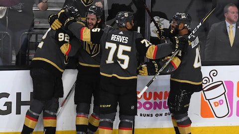 Tomas Nosek (à gauche) célèbre son but contre les Jets de Winnipeg avec ses coéquipiers des Golden Knights de Vegas.