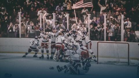 Les joueurs américains fêtent leur victoire contre l'URSS aux Jeux olympiques de Lake Placid, le 22 février 1980.