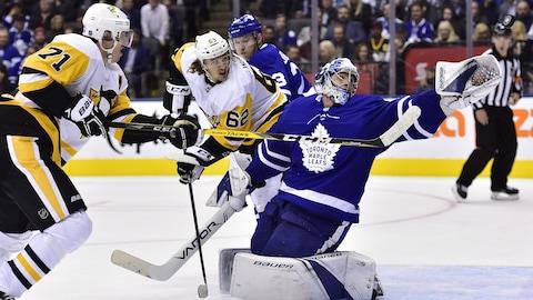 Evgeni Malkin (71) et Carl Hagelin (62) des Penguins menacent le gardien des Maple Leafs  Frederik Andersen