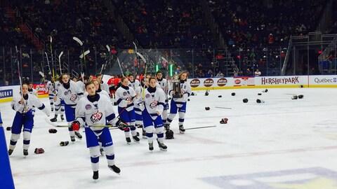Les joueuses d'Équipe Québec Féminin après la finale Inter-B du tournoi