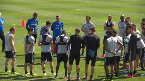 Les joueurs entoure le sélectionneur Rémi Garde.
