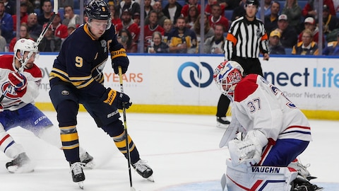 Jack Eichel en possession de la rondelle devant Keith Kinkaid