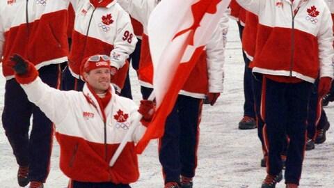 Jean-Luc Brassard, porte-drapeau à la cérémonie d'ouverture des Jeux olympiques de Nagano