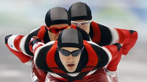 Trois patineurs de vitesse canadiens.