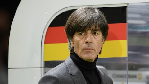 L'entraîneur allemand Joachim Löw surveille le jeu sur le bord du terrain.