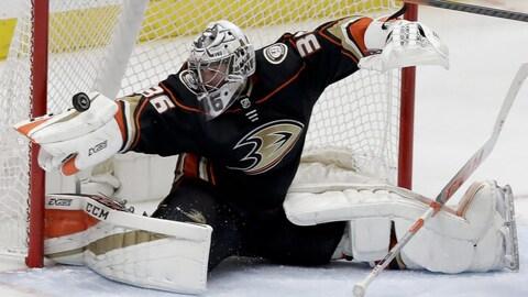 Les Ducks d'Anaheim ont accordé un nouveau contrat de huit ans au gardien John Gibson.