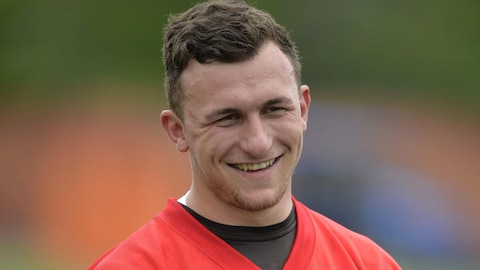 Johnny Manziel sourit pendant un entraînement.