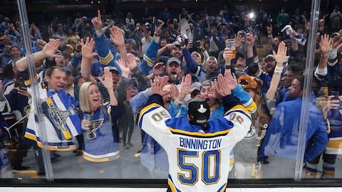 Jordan Binnington célèbre la conquête de la Coupe Stanley avec des partisans des Blues.