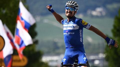 Julian Alaphilippe célèbre sa victoire lors de la troisième étape du Tour de France.