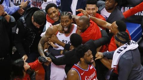 Kawhi Leonard est félicité par ses coéquipiers après avoir marqué le panier de la victoire face aux 76ers.
