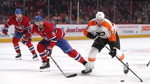 Deux joueurs de hockey patinent.