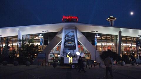 L'entrée du KeyArena de Seattle avant un match de la NBA en 2006