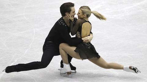 Kirsten Moore-Towers et Michael Marinaro durant leur prestation du programme libre en couples au Trophée NHK d'Hiroshima, au Japon