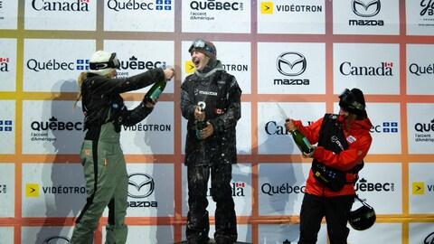 Laurie Blouin (gauche) sur le podium de l'épreuve de grand saut du Jamboree, à Québec.