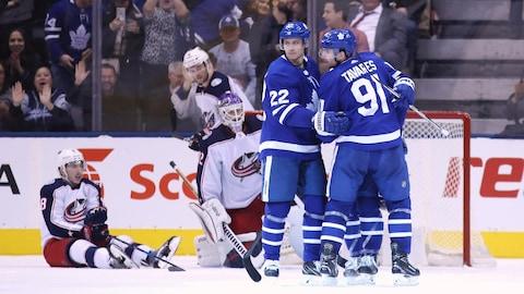 Nikita Zaitsev félicite John Tavares des Maple Leafs de Toronto après que ce dernier ait marqué le deuxième but du match.