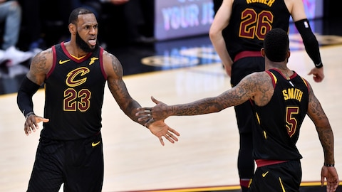 LeBron James (gauche) et JR Smith