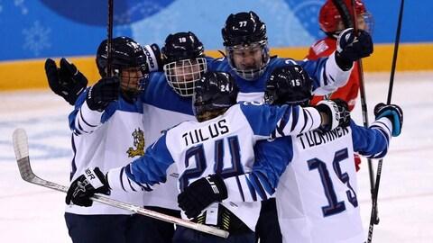 Les Finlandaises célèbrent un but contre les athlètes olympiques de Russie