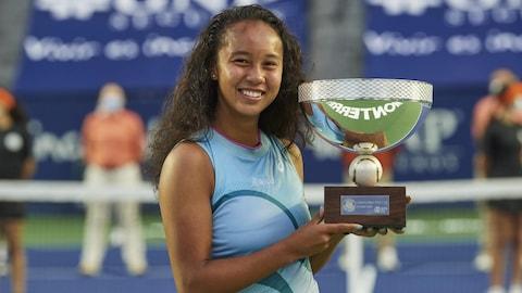 Souriante, Leylah Fernandez tient son trophée de championne du tournoi de Monterrey.