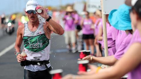 Le Canadien Lionel Sanders pendant la portion marathon de l'Ironman d'Hawaï