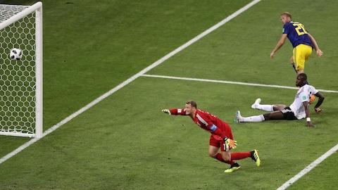 Le gardien allemand Manuel Neuer tente désespérément de rattraper le lob d'Ola Toivonen.
