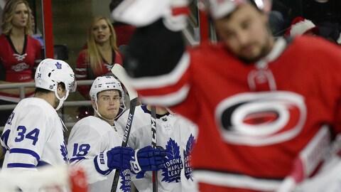 Les joueurs des Maple Leafs célèbrent un but contre les Hurricanes.